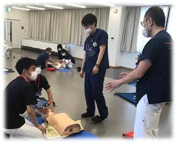 救急総合診療センター医師、救急科専攻医による蘇生訓練