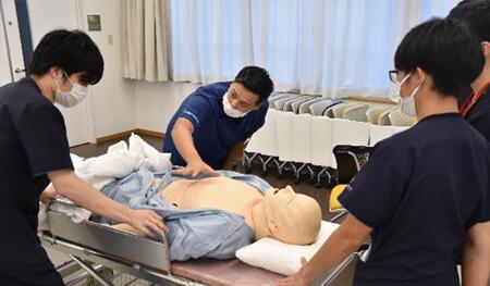 専攻医3名が各ブースを担当し、シミュレーターを用いてレクチャー